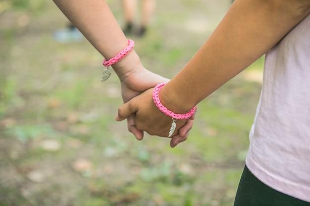 Een twee kinderen hand in hand vriendschap