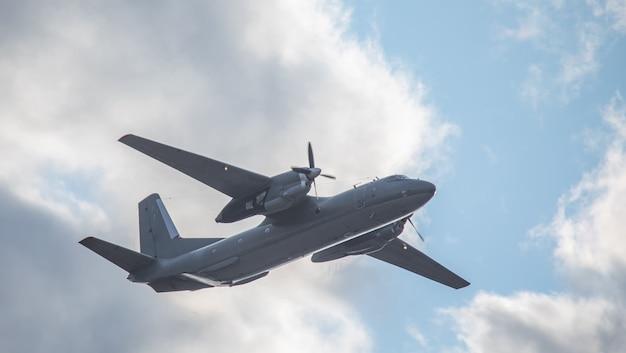 Een tweemotorig militair transportvliegtuig voert een vlucht uit.