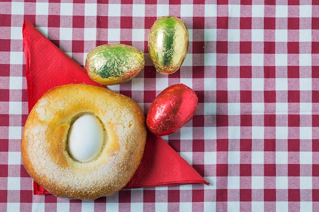 Een typisch gerecht van het spaanse gebak mona de pascua. paascake.