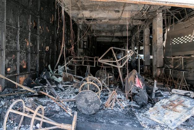Een uitgebrand café in thailand verzekert een pand tegen brand verbrande meubels en stoelen en een on...