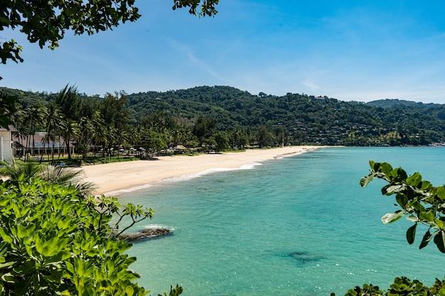 Een uitkijkpunt over een bijna leeg kata noi-strand vanaf de zuidkant van het strand.