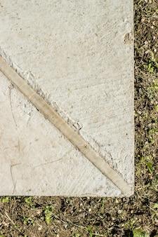 Een uitzettingsvoeghoek van een betonnen kelder van dichtbij bekeken