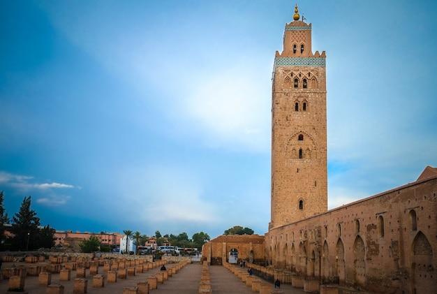 Een uitzicht op de koutoubia-moskee in de avond. marrakesh, marokko.