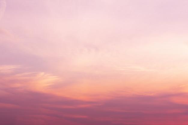 Een uitzicht op de lucht bij zonsondergang in levendige oranje roze en violette kleuren.
