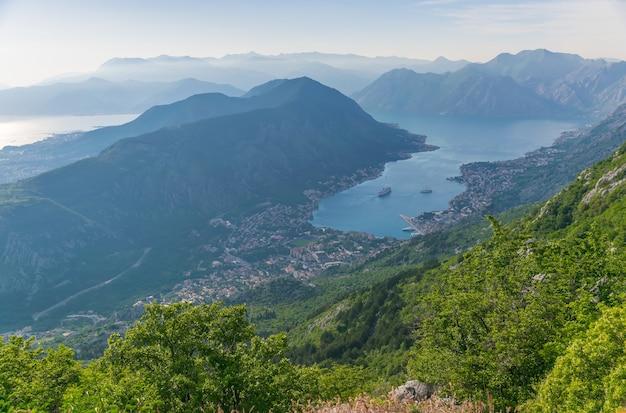 Een uitzicht op de oude stad kotor en de boka kotorska-baai vanaf de top van de berg.