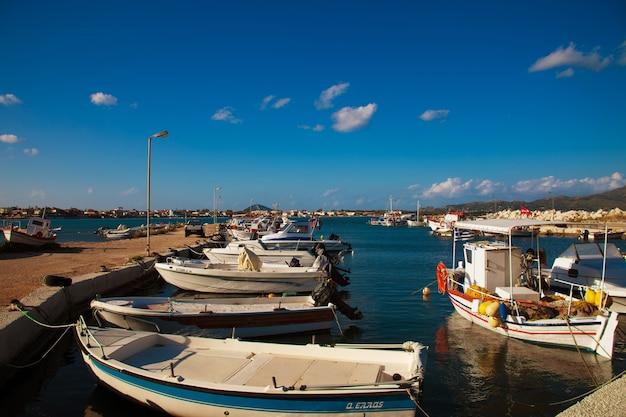 Een uitzicht op een haven in zakynthos, griekenland, zomerdag