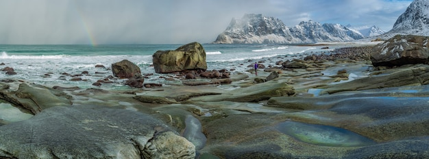Een uitzicht op het verbluffend mooie utakliev-strand op de lofoten-eilanden tijdens een naderende storm
