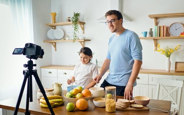 Een vader met een schattige dochter blogt over koken.