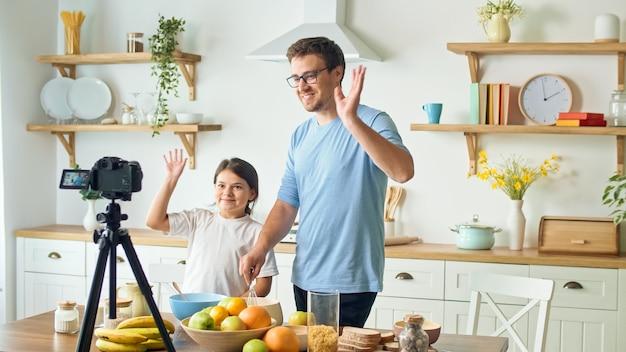 Een vader met een schattige dochter blogt over koken