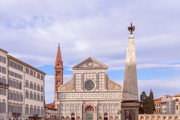 Een van de beroemde kerken basiliek van santa maria novella in het avondlicht. florence, italië.