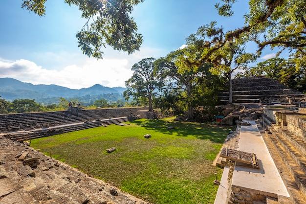 Een van de binnenplaatsen in de tempels van copan ruinas