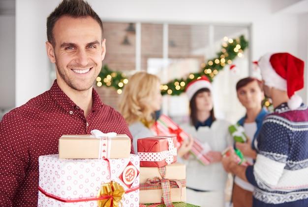 Een van de collega's wil kerstcadeaus overhandigen