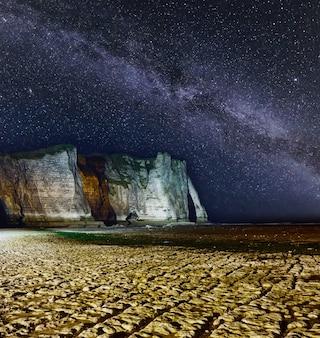 Een van de drie beroemde witte kliffen die bekend staat als de falaise de aval.