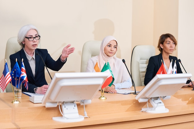 Een van de drie jonge interculturele vrouwelijke afgevaardigden die vragen van het publiek beantwoordt na haar toespraak op de conferentie