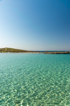 Een van de meest populaire stranden op cyprus is nissi beach, evenals de omgeving.