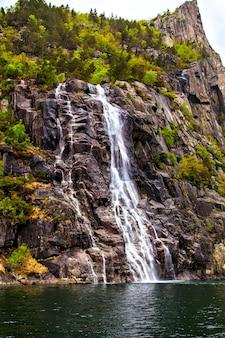 Een van de noorse watervallen, uitzicht vanaf het water