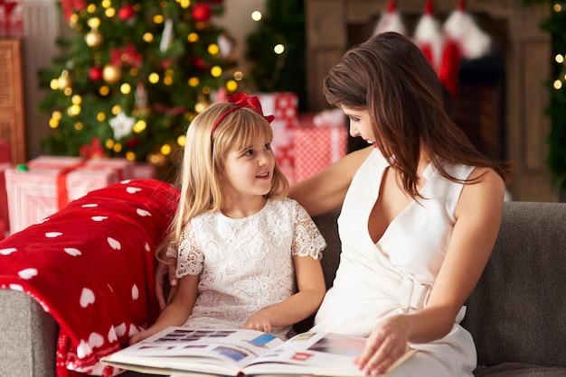 Een van de ouders leest voor aan dochter