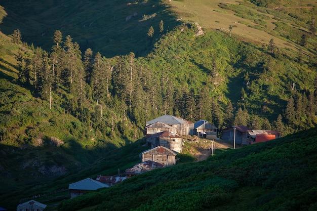 Een van de prachtige resorts gomismta met zijn unieke oude houten huizen. reizen.