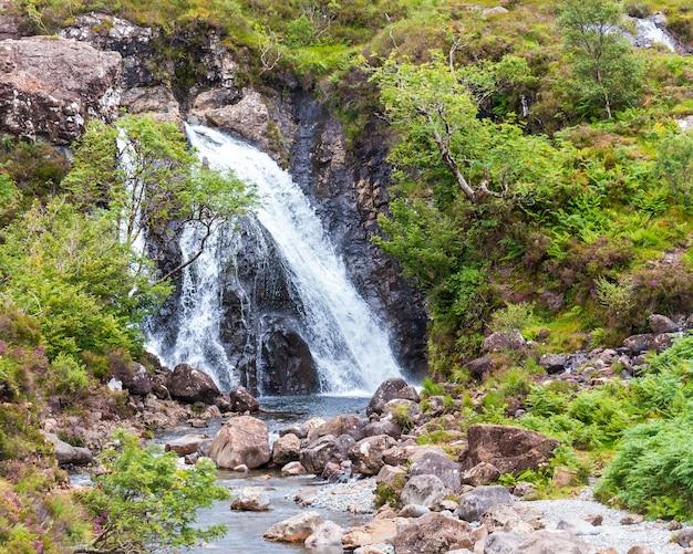 Een van de weinige grotere watervallen bij de prachtige fairy-zwembaden op isle of skye, schotland, vk