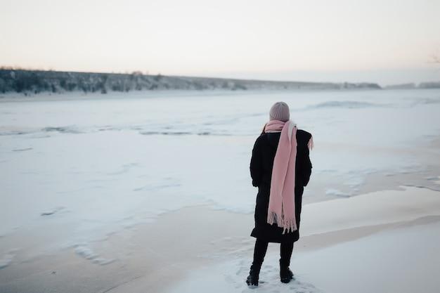 Een verbazingwekkende bevroren rivier met een vrouwelijke toerist op het ijs.