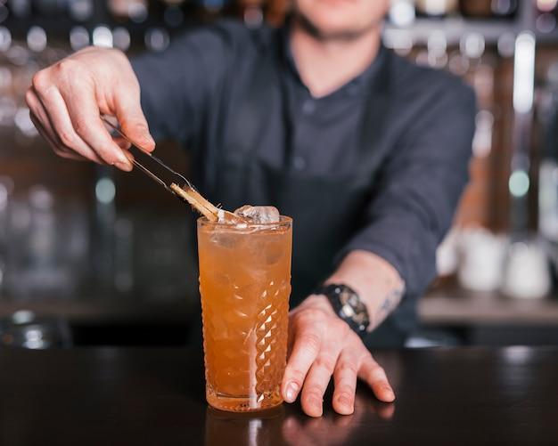 Een verfrissende cocktail bereiden in een bar