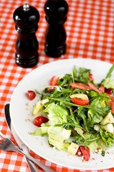 Een verfrissende zomersalade met rucola, kaas en aardbeien