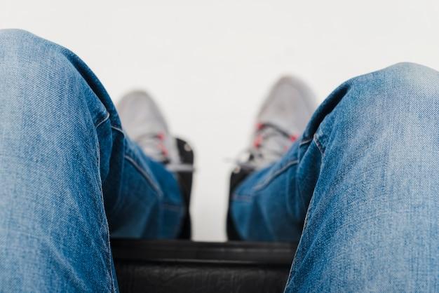Een verhoogd zicht op de voet van de mens op de rolstoel
