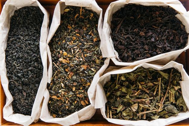 Een verhoogde weergave van assortiment van droge thee in papieren zak