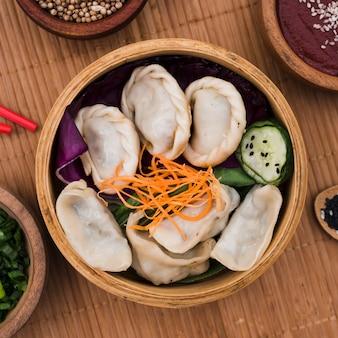 Een verhoogde weergave van verse, gekookte dumplings in de steamers
