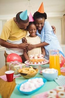 Een verjaardag vieren en gelukkige familie