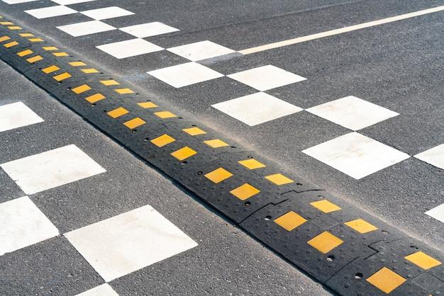 Een verkeersdrempel op de stadsweg. asfaltbarrière, veiligheidsobstakel