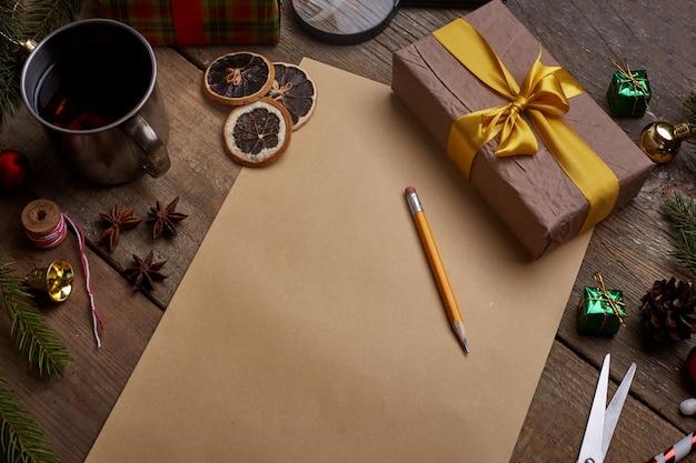 Een verlanglijstje, oud vel papier met potlood op grunge hout met kopie ruimte,
