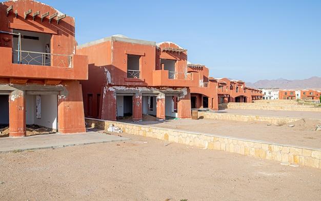 Een verlaten hotel, op een verlaten plek. toeristencrisis tijdens de coronavirus-pandemie.