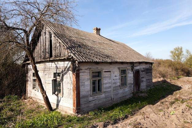 Een verlaten instortende houten boerderij, close-up wit-rusland.