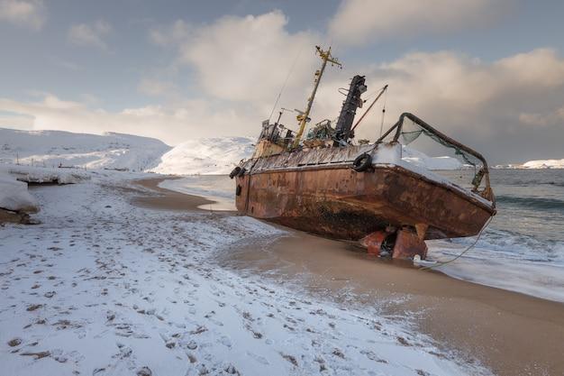 Een verlaten vissersschoener die aangespoeld is door een storm