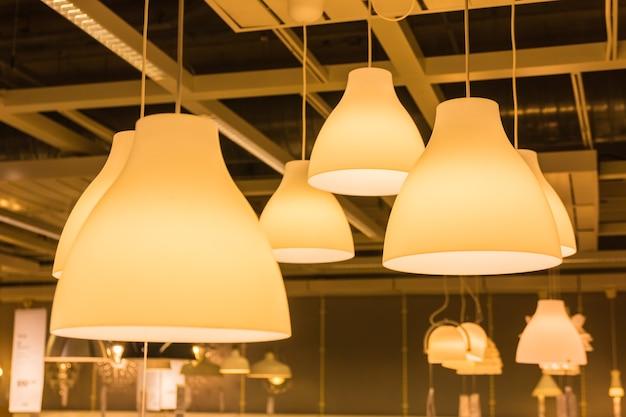 Een verlichtingslamp met bollen in huis Premium Foto