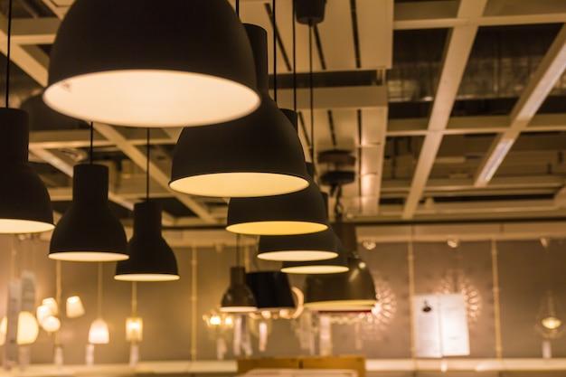 Een verlichtingslamp met bollen in huis