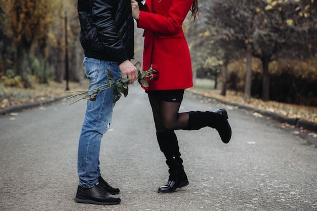 Een verliefd paar op een romantische date in het herfstpark