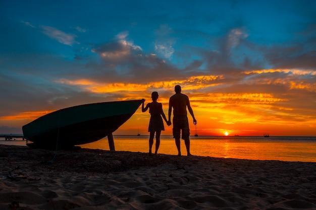 Een verliefd stel bij roatan sunset vanuit west end. honduras