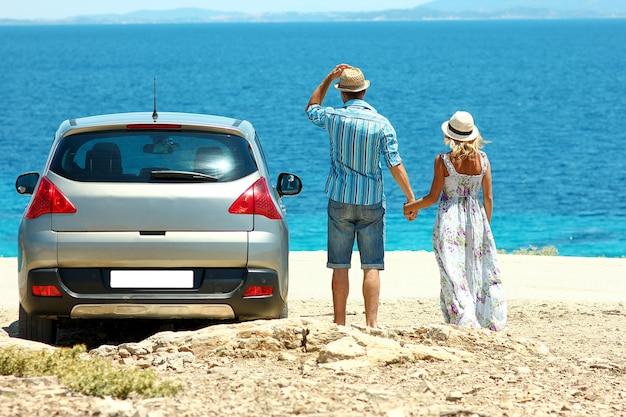 Een verliefd stel kwam met de auto naar de zee