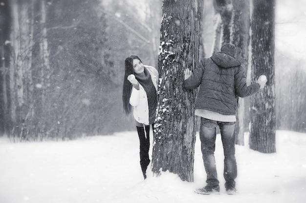 Een verliefd stel op een winterwandeling. man en vrouw op een date in het park in de winter. vrienden in een winterpark