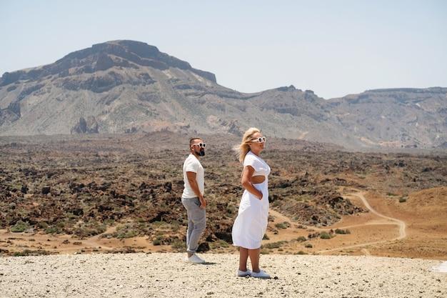 Een verliefd stel staat in de krater van de teide-vulkaan