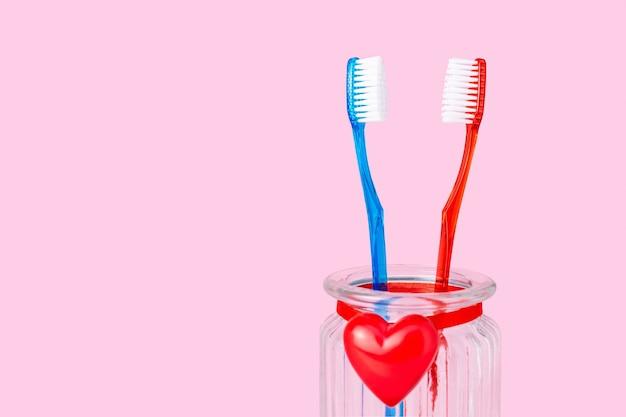 Een verliefd stel, twee tandenborstels met een rood hart, liefde, relatie, man en vrouw, man en vrouw, valentijnsdag