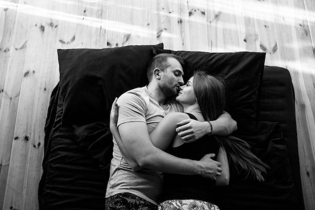 Een verliefd stel zoent op een matras