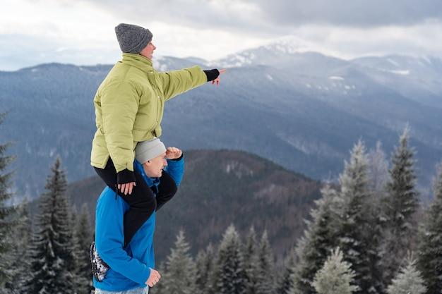 Een verliefde paar op winter bergen achtergrond. relatie-, vakantie- en reisconcept.