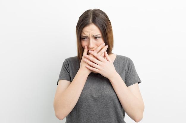 Een verontruste vrouw huilt emotioneel.