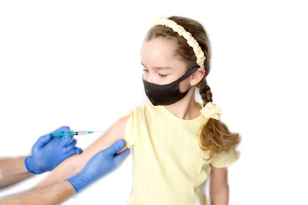Een verpleegster geeft vaccinaties aan patiënten met een spuit. studiofotografie op een witte achtergrond. close-up shot van injectie tegen covid-19. hoge kwaliteit foto