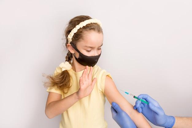 Een verpleegster geeft vaccinaties aan patiënten met een spuit. witte achtergrond. close-up shot van injectie tegen covid19. hoge kwaliteit foto