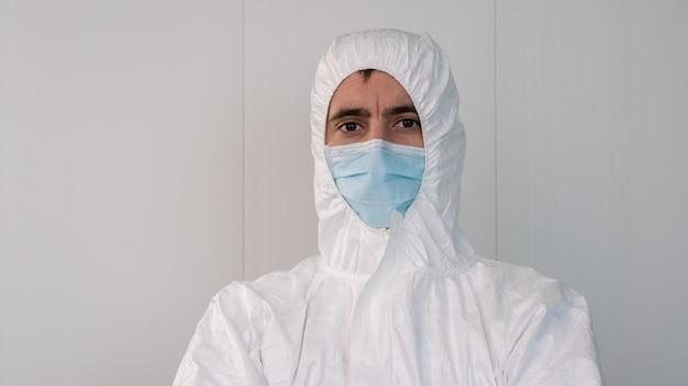 Een verpleger in een beschermend pak pbm in een ziekenhuis. preventie van coronavirus- of covid 19-infecties.