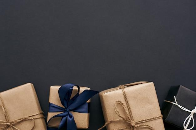 Een verrassingsclose-upweergave van stijlvolle geschenkdozen voorbereiden